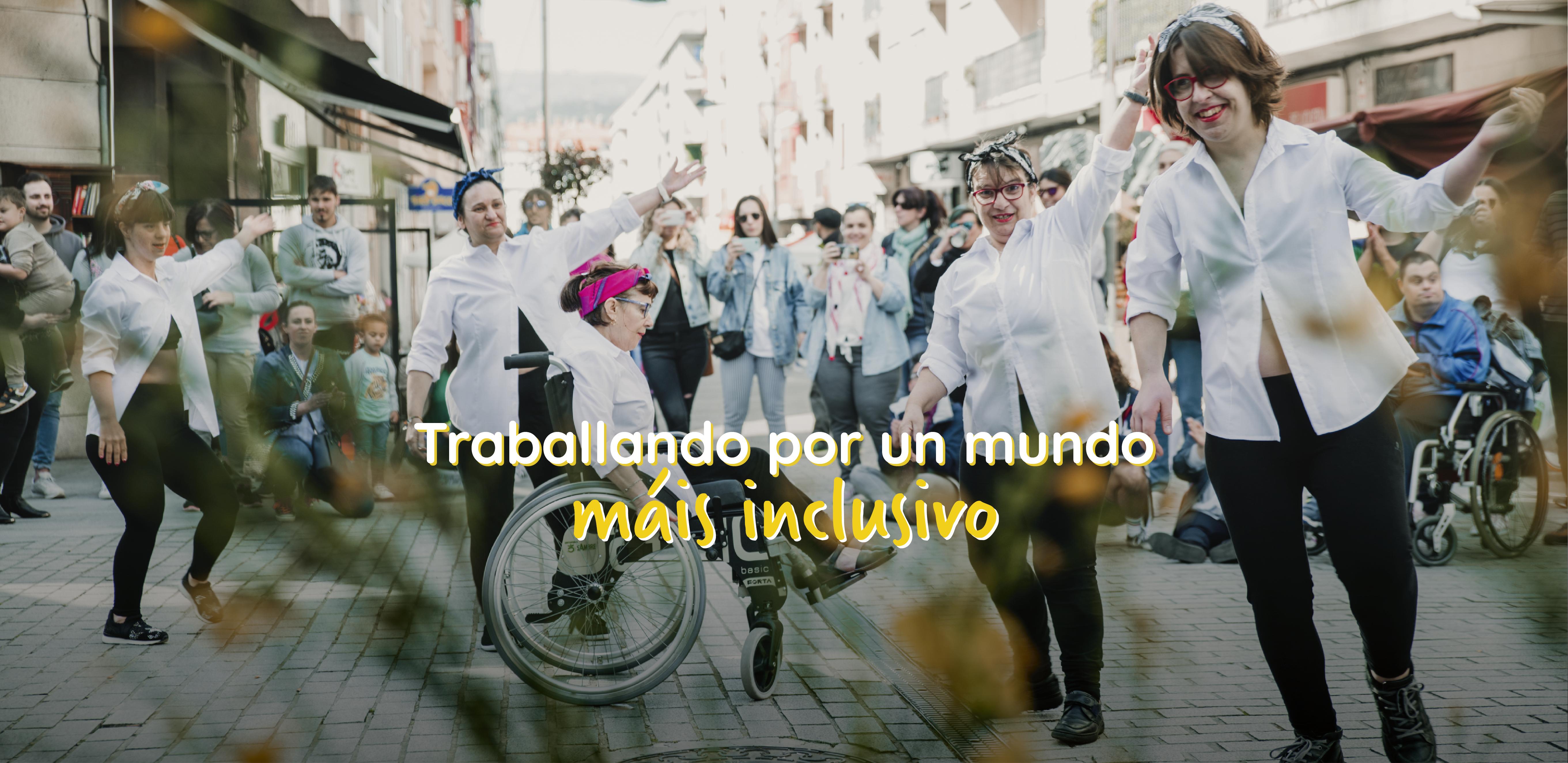 Grupo de artes escénicas de Ambar escenificando unha performance na feria Maio Vintage coa frase de fondo: traballando por un mundo máis inclusivo