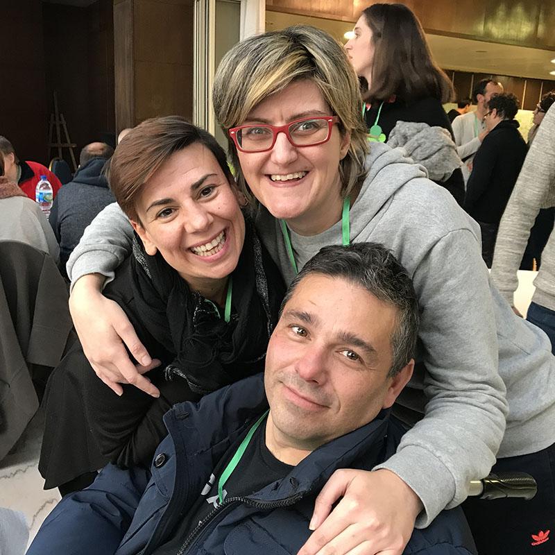 Nancy, Fran y Olaia trabajadora y personas usuarias de Ambar posando para una foto en una actividad para autogestores promovidas por los servicios de atención diúrna.