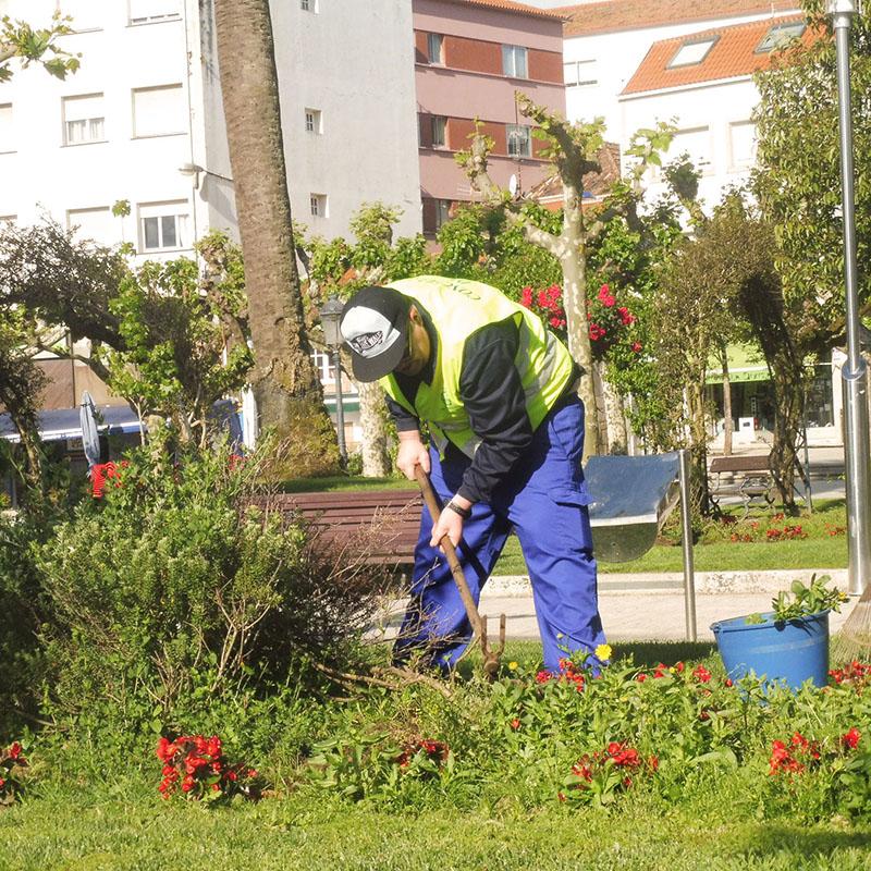 Persona usuaria realizando prácticas en un taller de empleo en el sector de la jardinería
